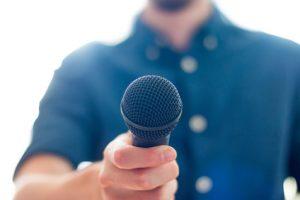Journalist mit Mikrofon